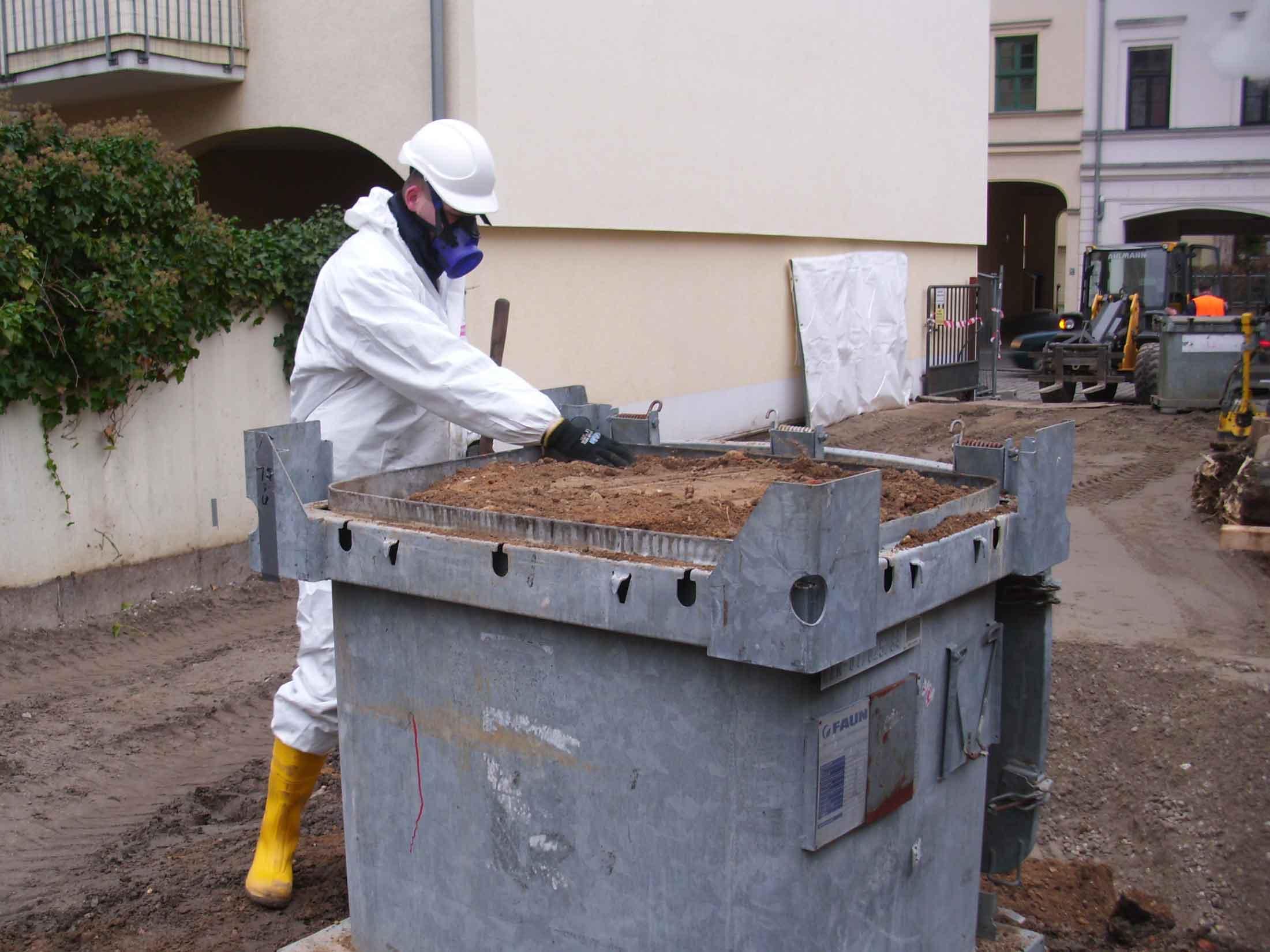 kompetenter Mitarbeiter von Argolon trägt chemischen Schutzanzug